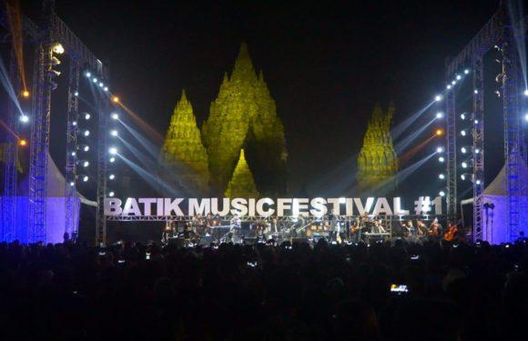 Sebanyak 9.100 Penonton Berpakaian Batik Saksikan Gelaran Batik Music Festival 2019 di Candi Prambanan